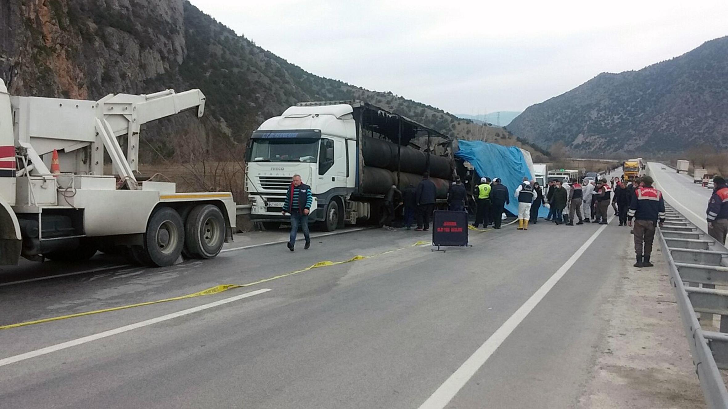 Пътнически автобус се вряза в камион в Турция, 13 жертви