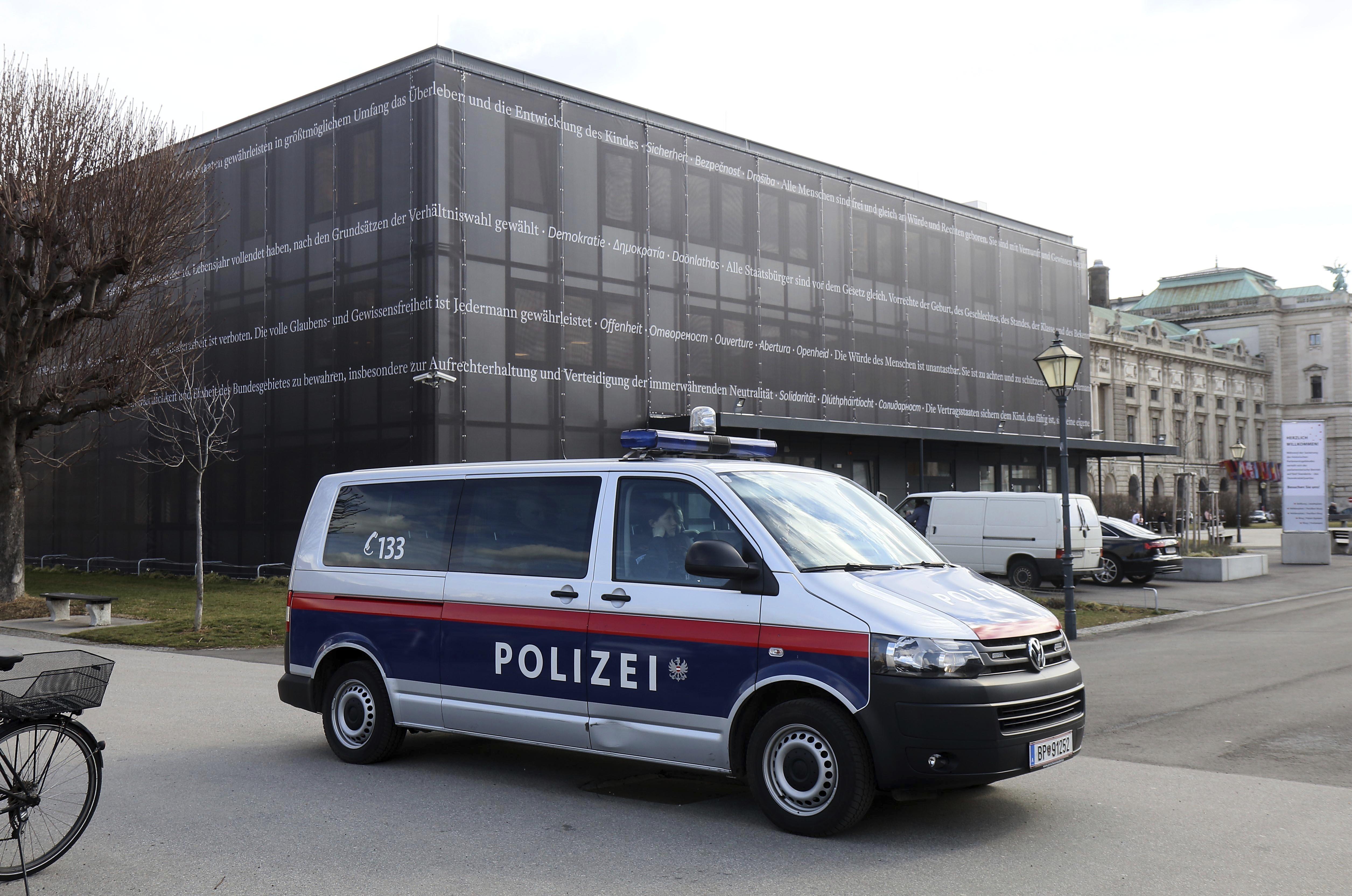 Мъж атакува охраната на австрийския парламент
