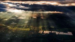 Пилот на самолет снима уникални буреносни облаци на височина 10 000 метра