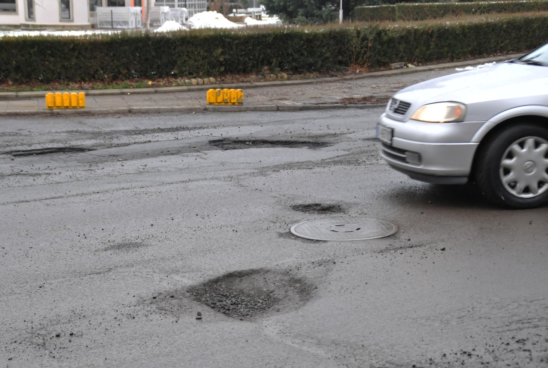 Челен опит: Бизнес дама ремонтира улицата пред офиса си