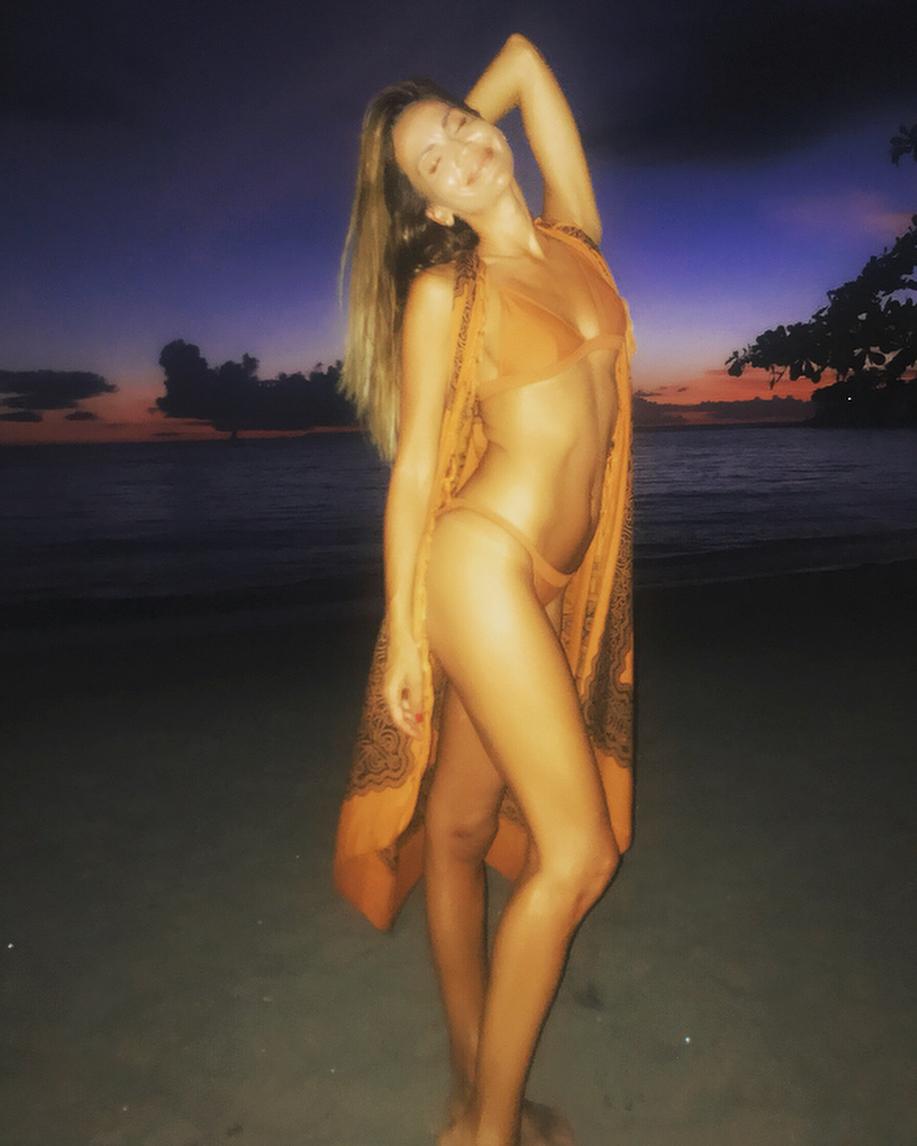Ивайла Бакалова показа горещо тяло на плажа
