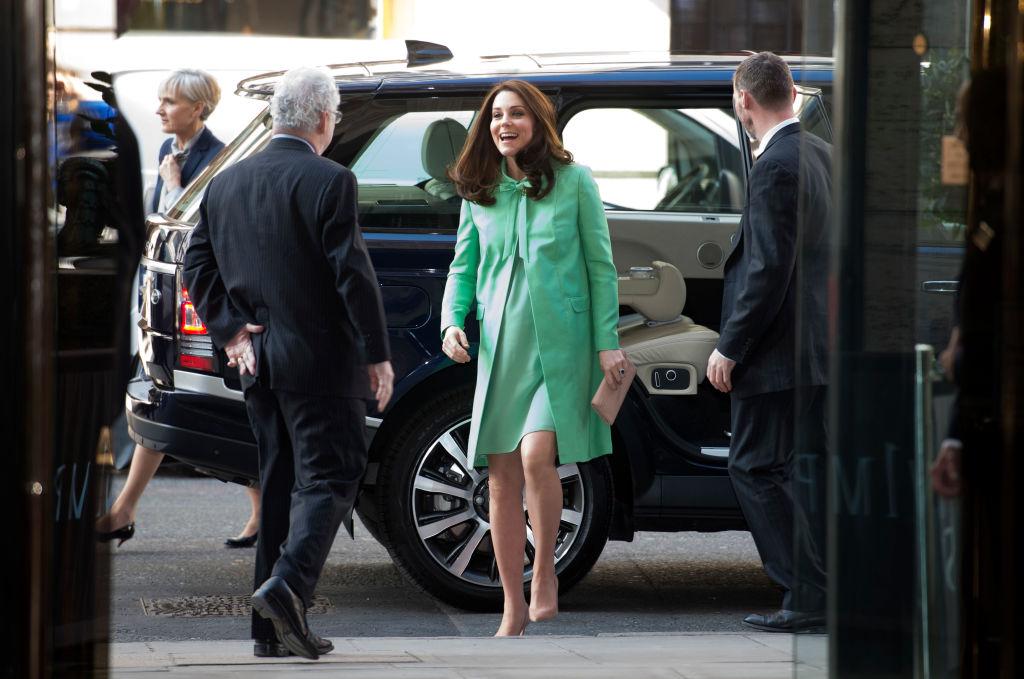 Кейт облече резедав пролетен ансамбъл