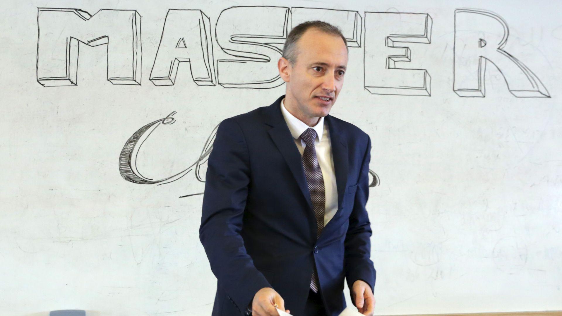 Министър Вълчев: Училищата, които работят най-добре с родителите, са по-успешни