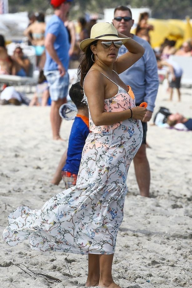 Папараци заснеха бременната Ева на плажа