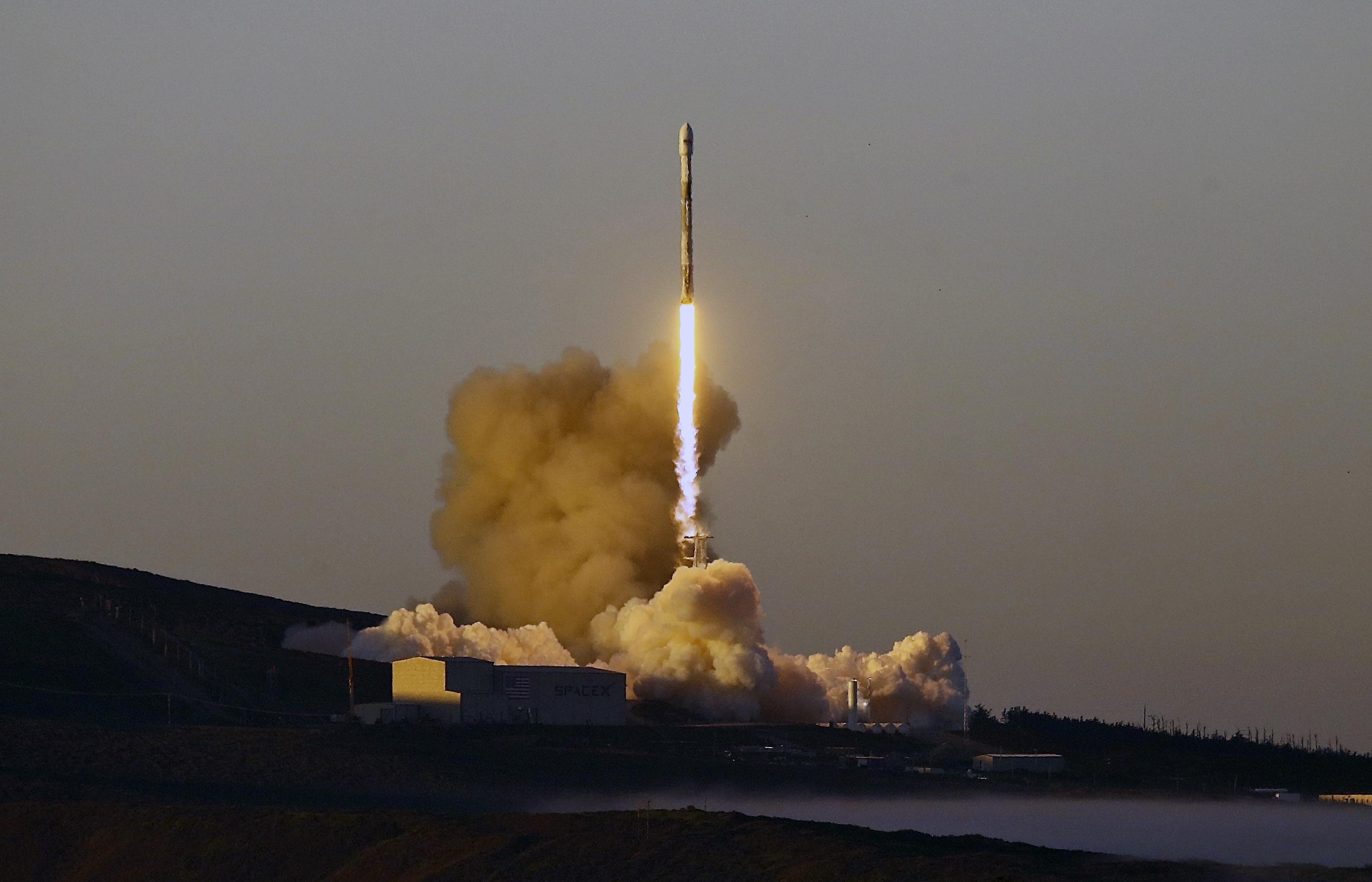 """""""Спейс екс"""" изстреля ракетата """"Фалкон 9"""" с 10 спътника"""