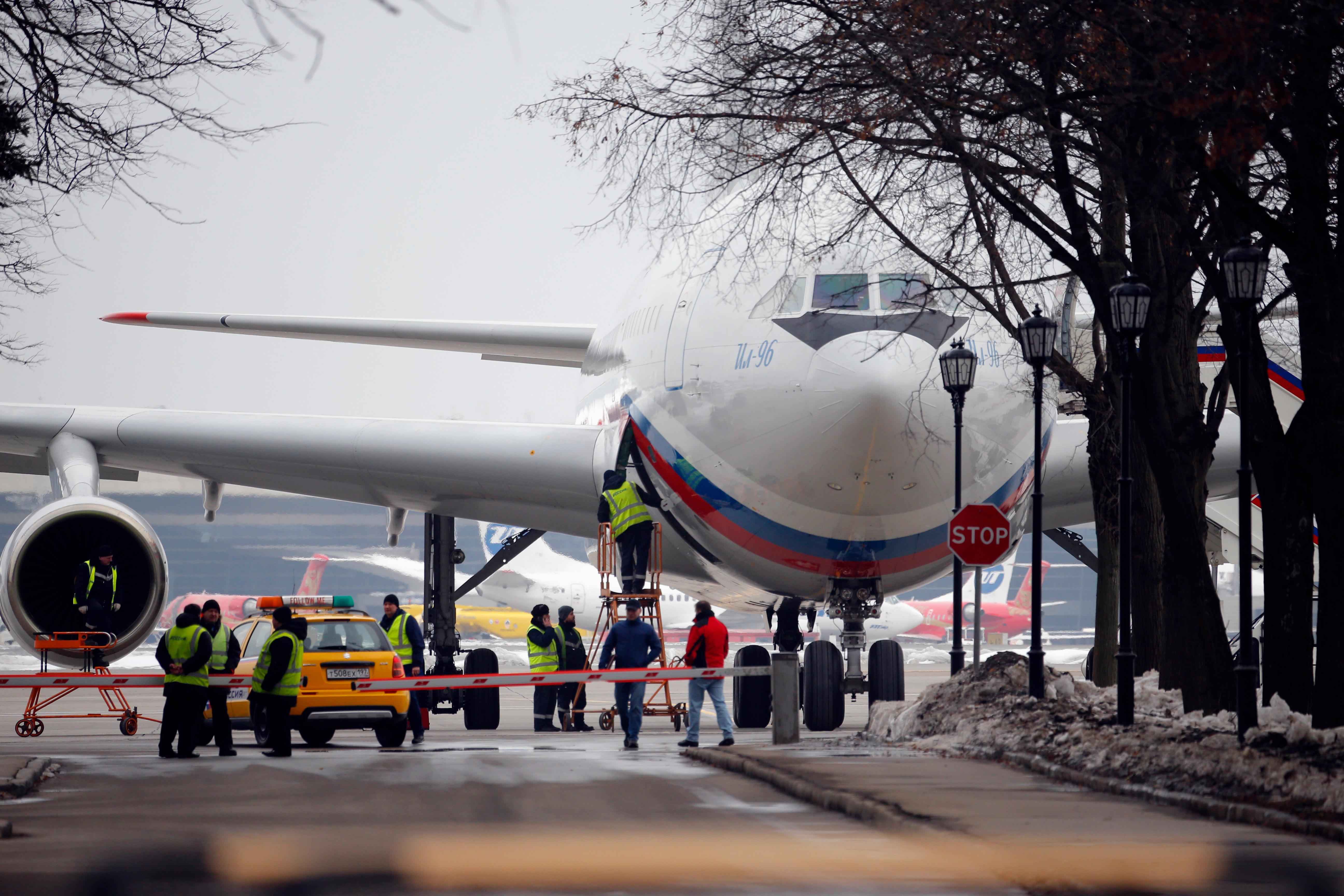 Руски дипломати, изгонени от САЩ, кацнаха в Москва