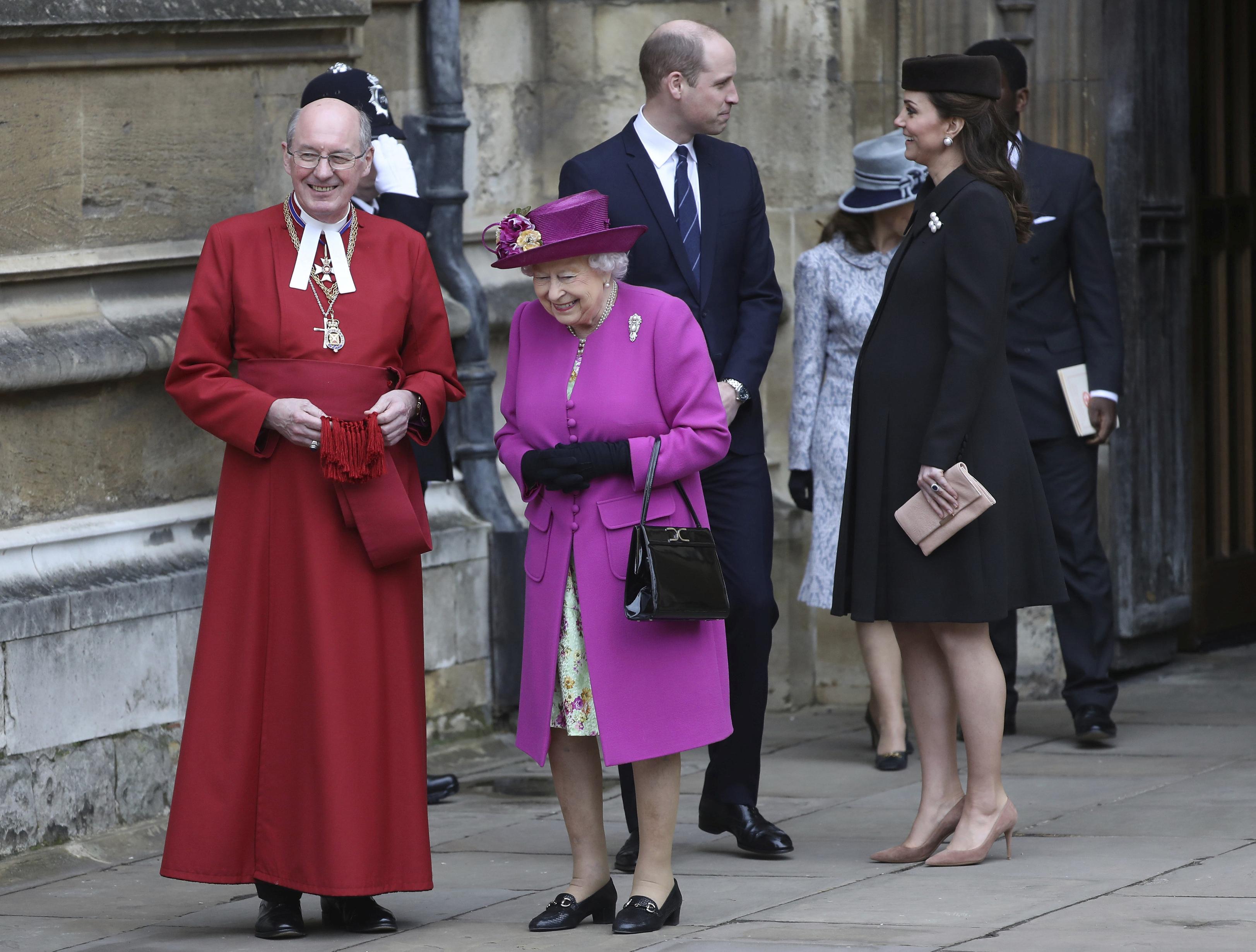 Две бременни на кралската великденска служба