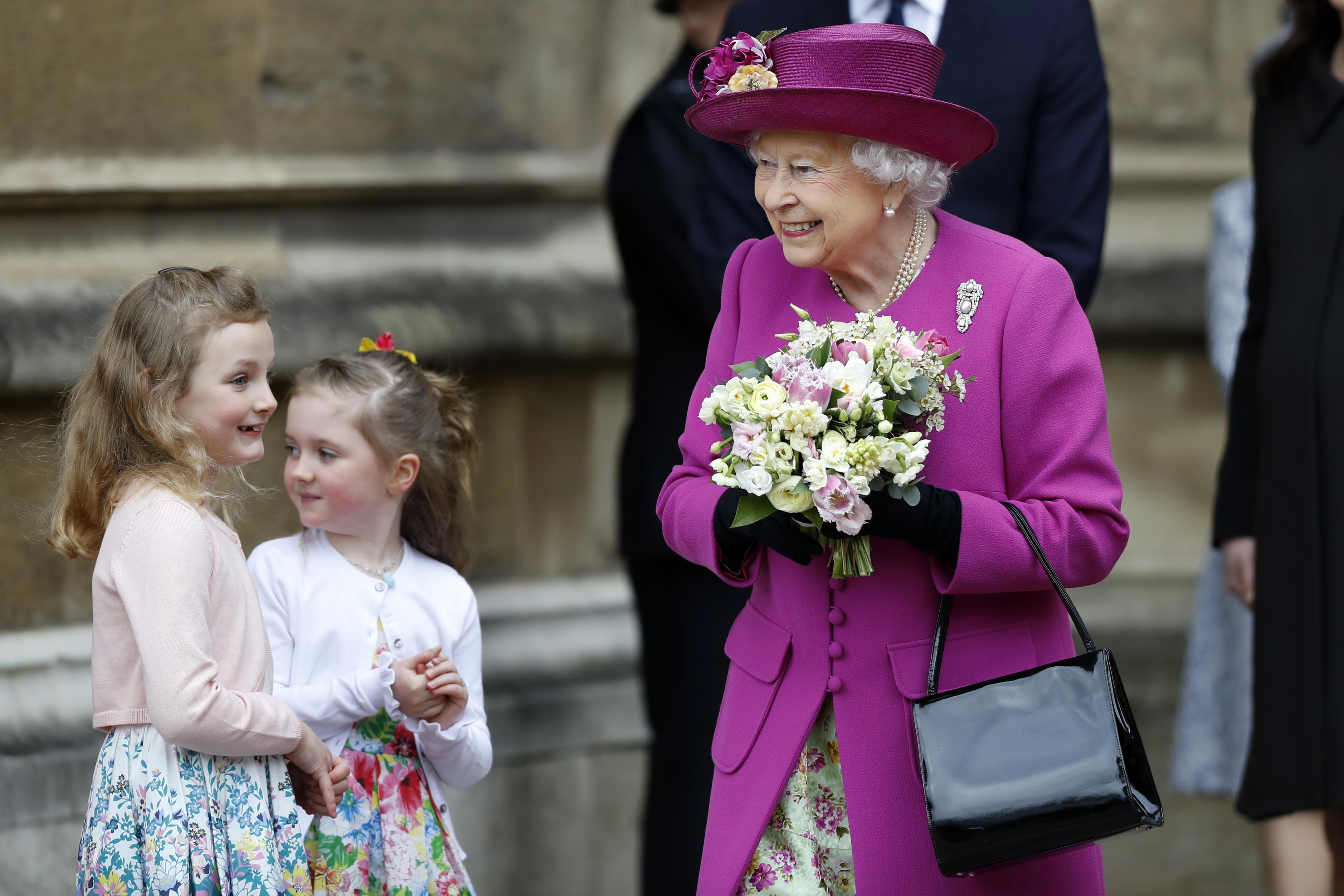Елизабет II посети новородения си правнук