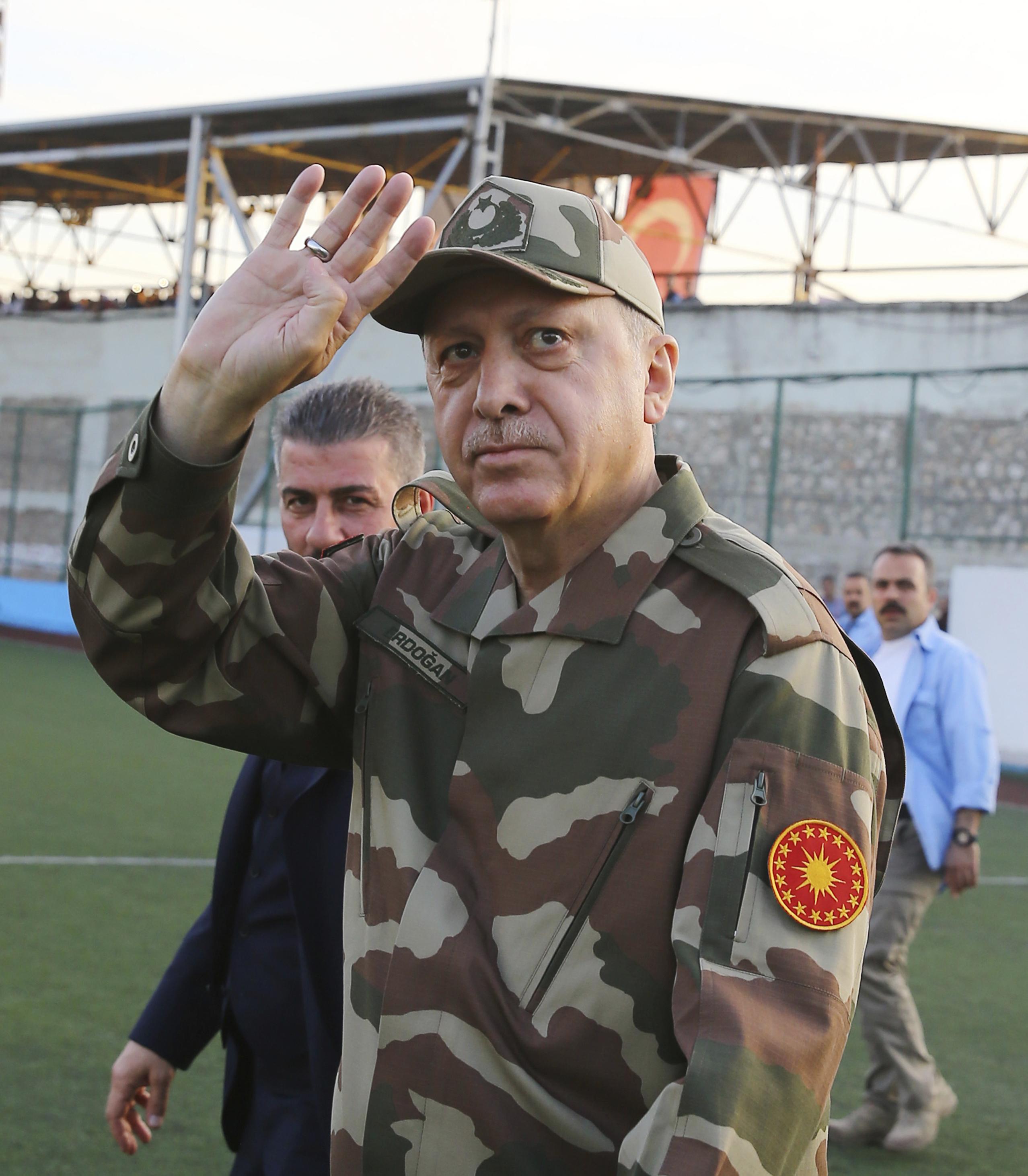 Ердоган пя пред турски военни на границата със Сирия