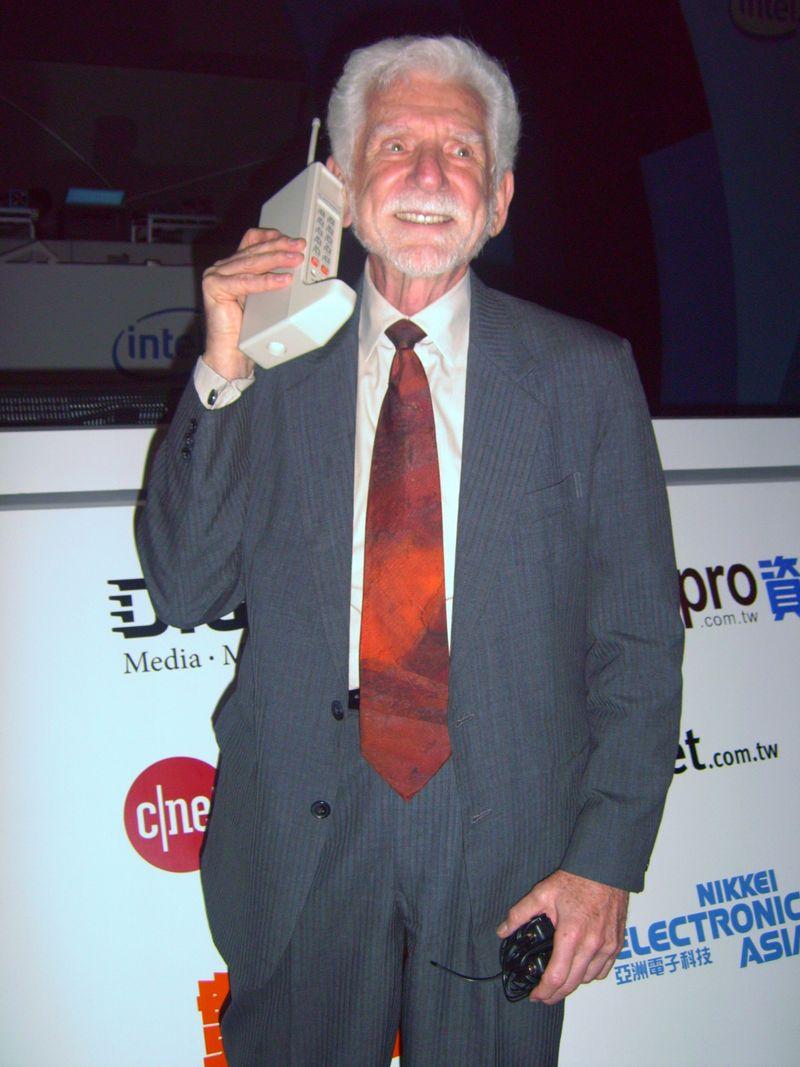 Мобилният телефон става на 45 години