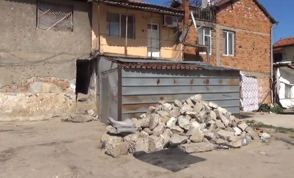 Роми прокопаха тунел до училище