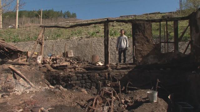 Абитуриент и майка му останаха без дом