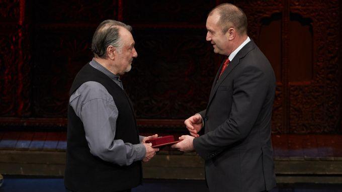 Радев награди с почетен знак емблематичния актьор Васил Михайлов