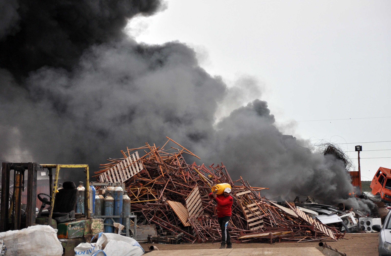 Пожар в база за вторични суровини обгази Хасково