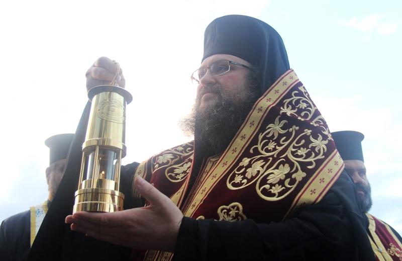 Митрополит Антоний донесе Благодатния огън