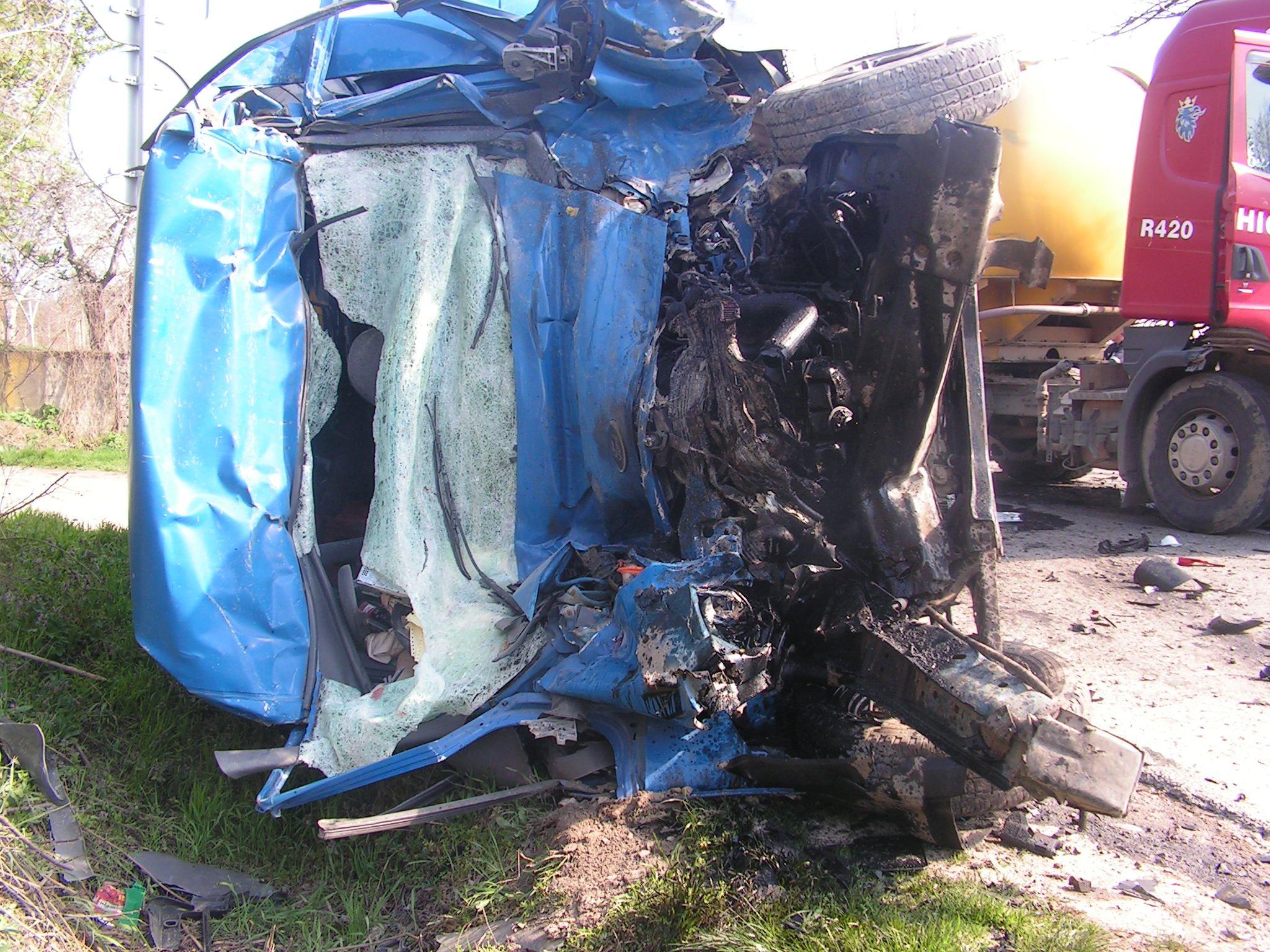 Шофьор загина при удар на бус и камион (снимки)