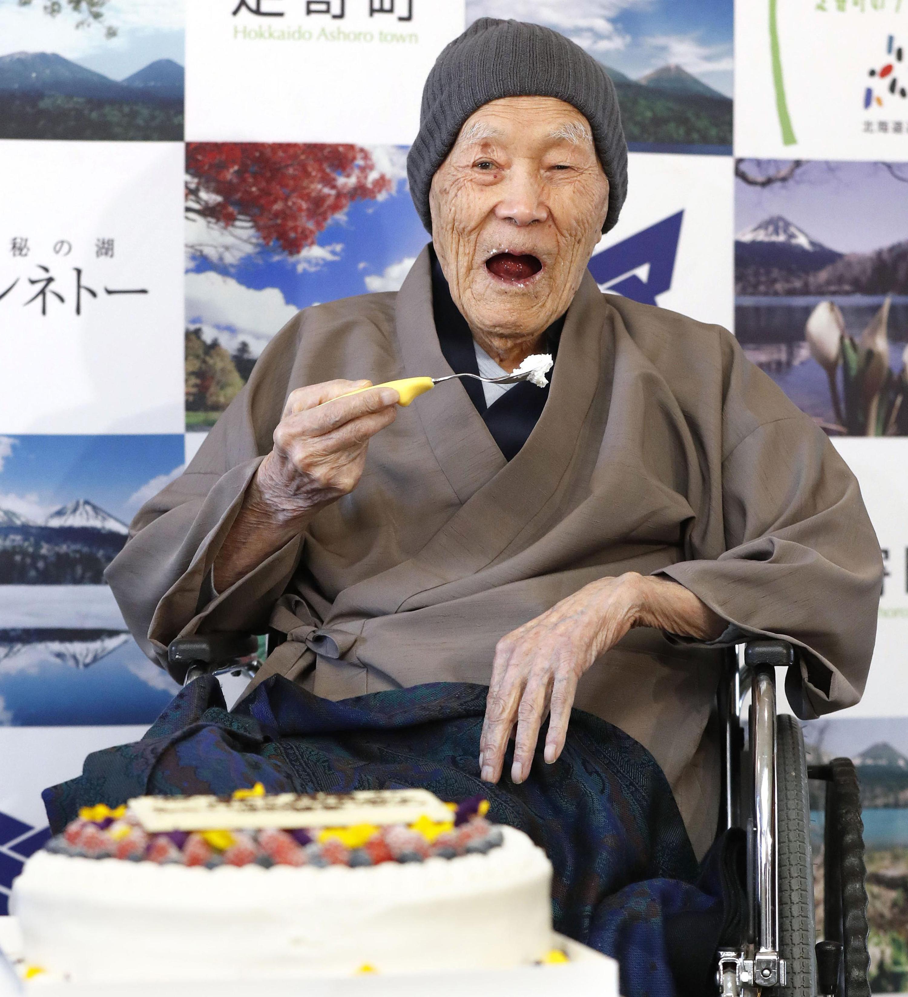 """""""Гинес"""": Японец е най-възрастният мъж на Земята (снимки)"""
