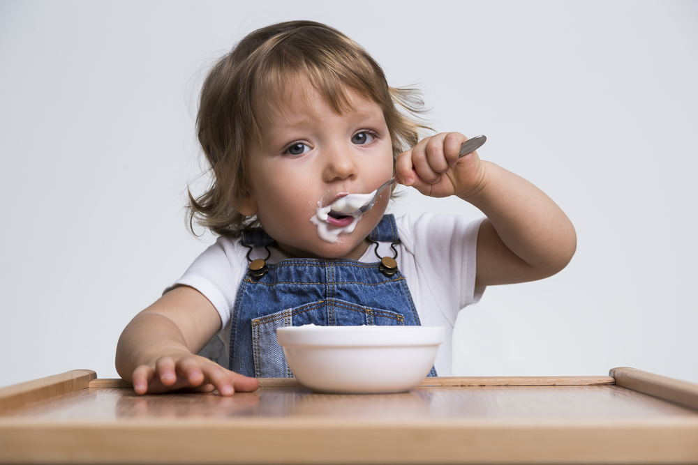Бебетата, които хапват кисело мляко, по-рядко имат алергии