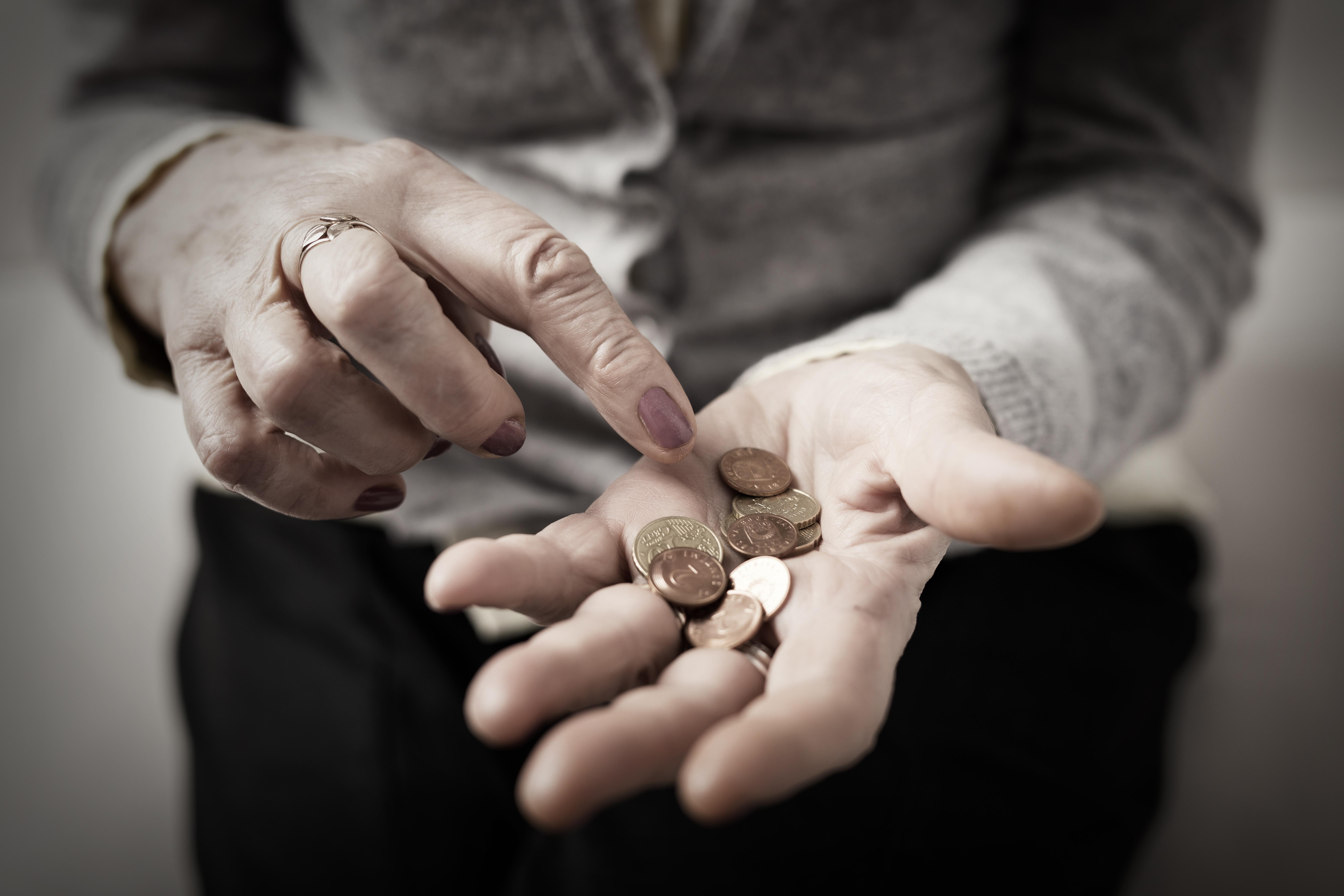 Пенсионерите намаляват, пенсиите растат с по 14 лева