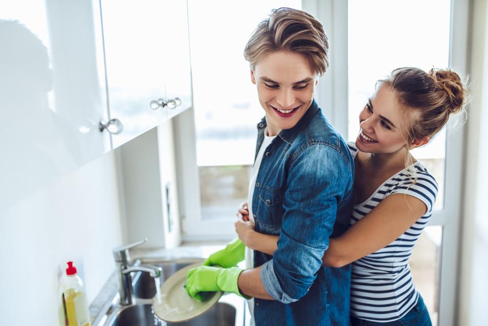 Миенето на чинии най-много застрашава семейния живот