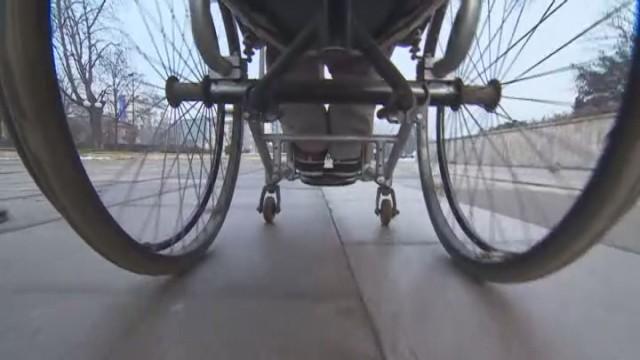 Социалните отказват инвалидна количка на 6–годишно дете с церебрална парализа
