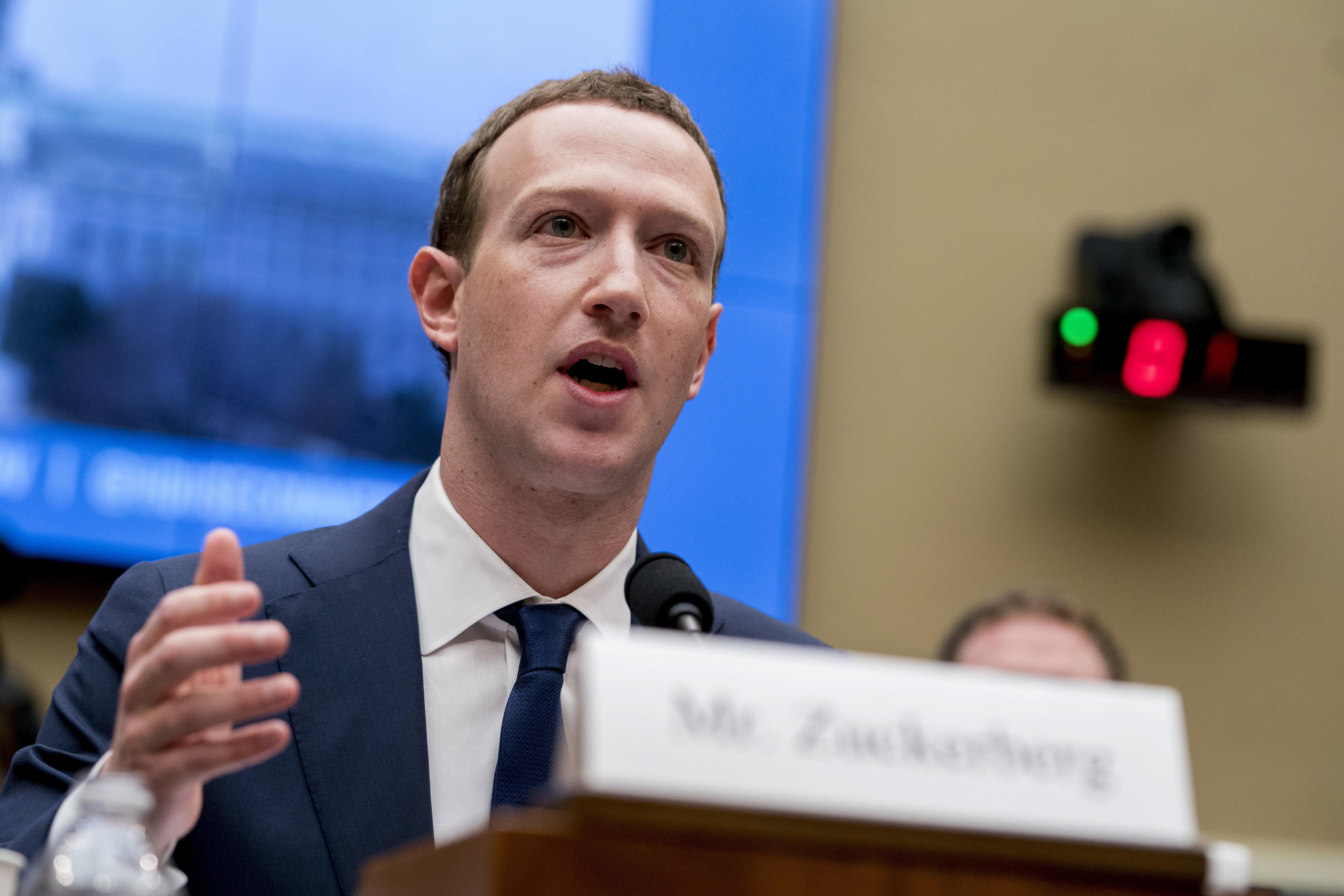 Зукърбърг призна, че и негови данни са откраднати от Фейсбук