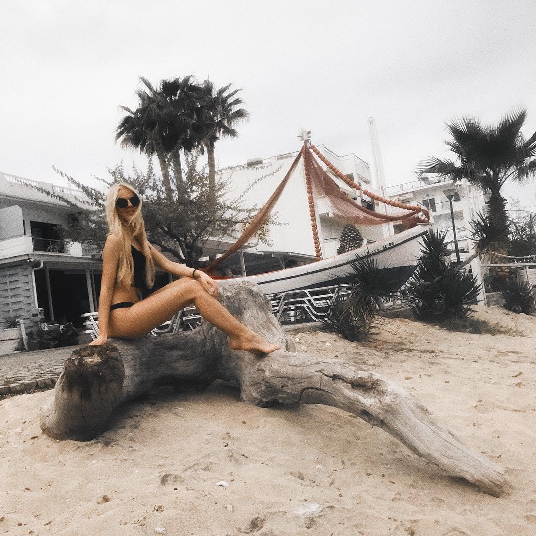 Натали Трифонова показа дълги крака на морето