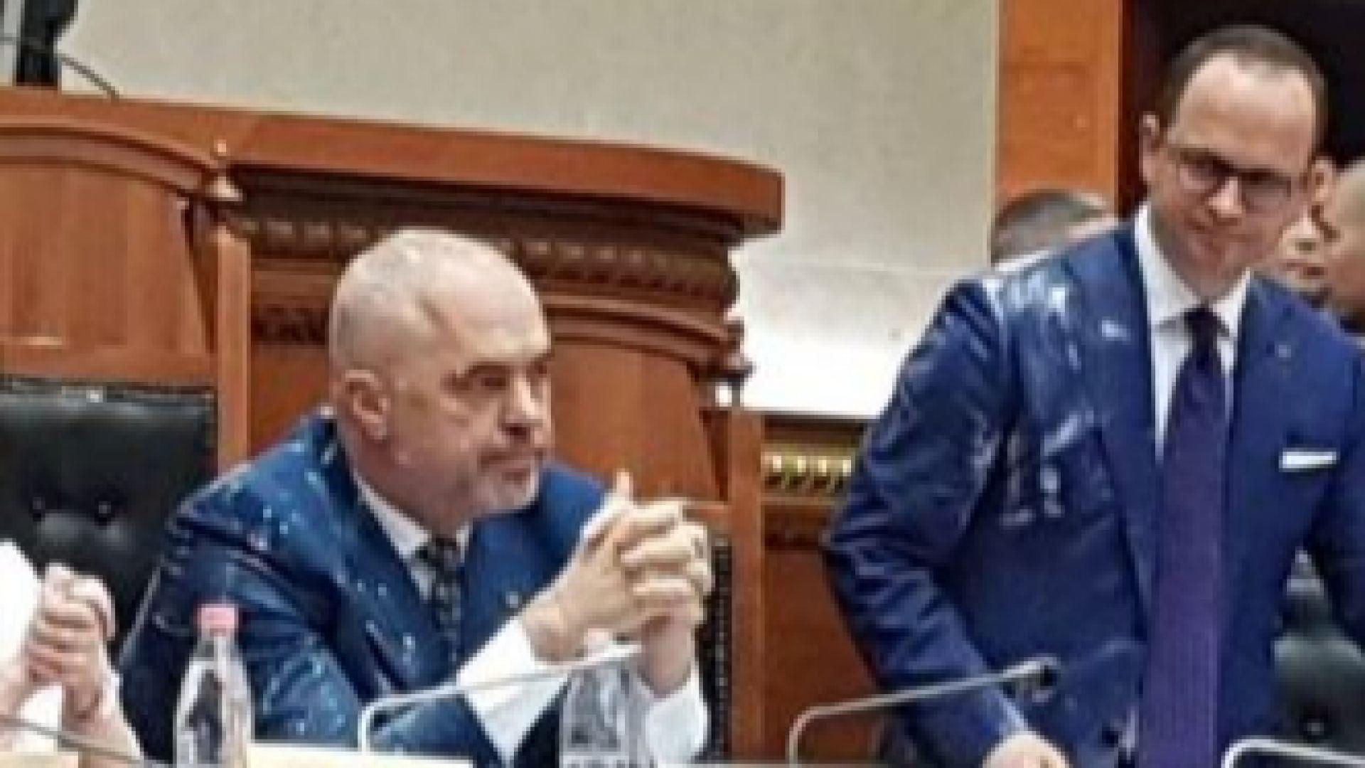 Албанският премиер бе замерян с брашно и яйца в парламента