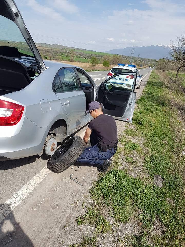 Хит в мрежата: Полицай смени гума на закъсала шофьорка