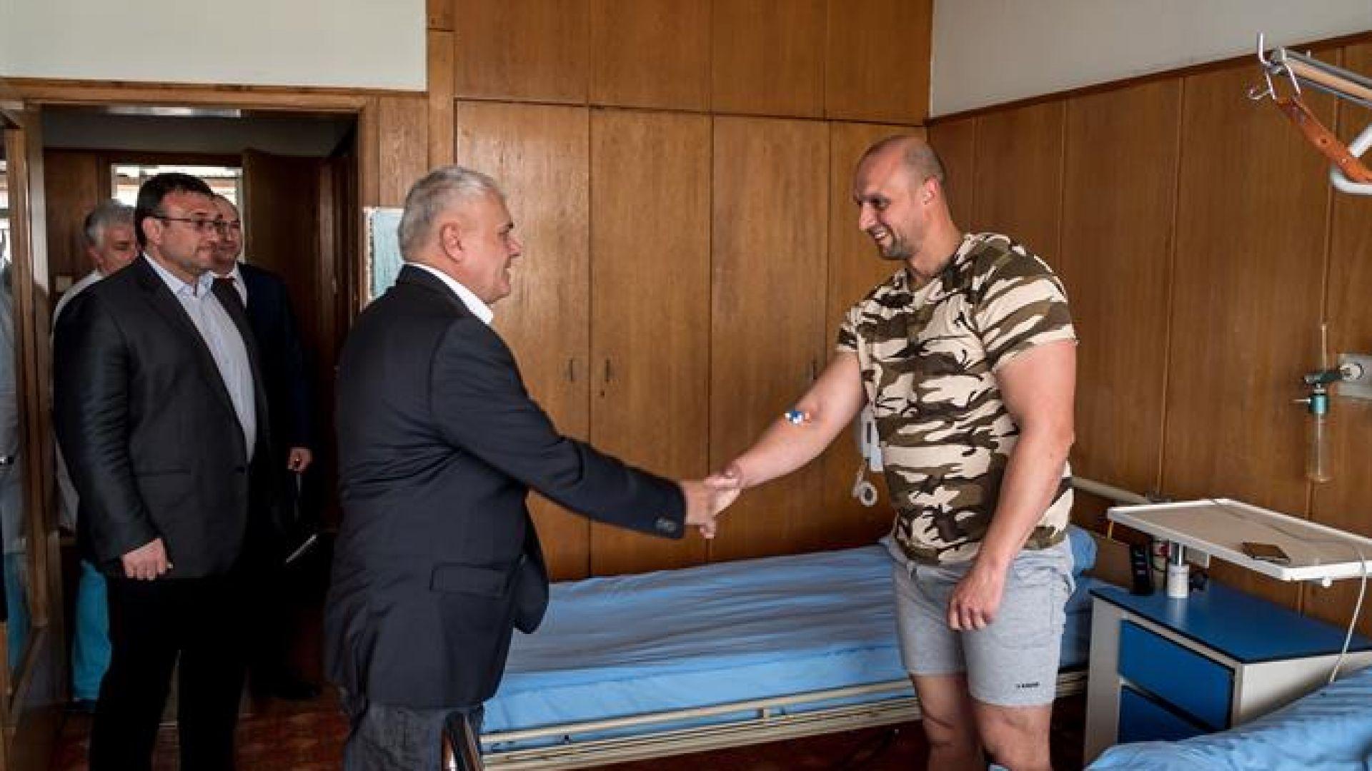Вътрешният министър посети в болницата ранения полицай