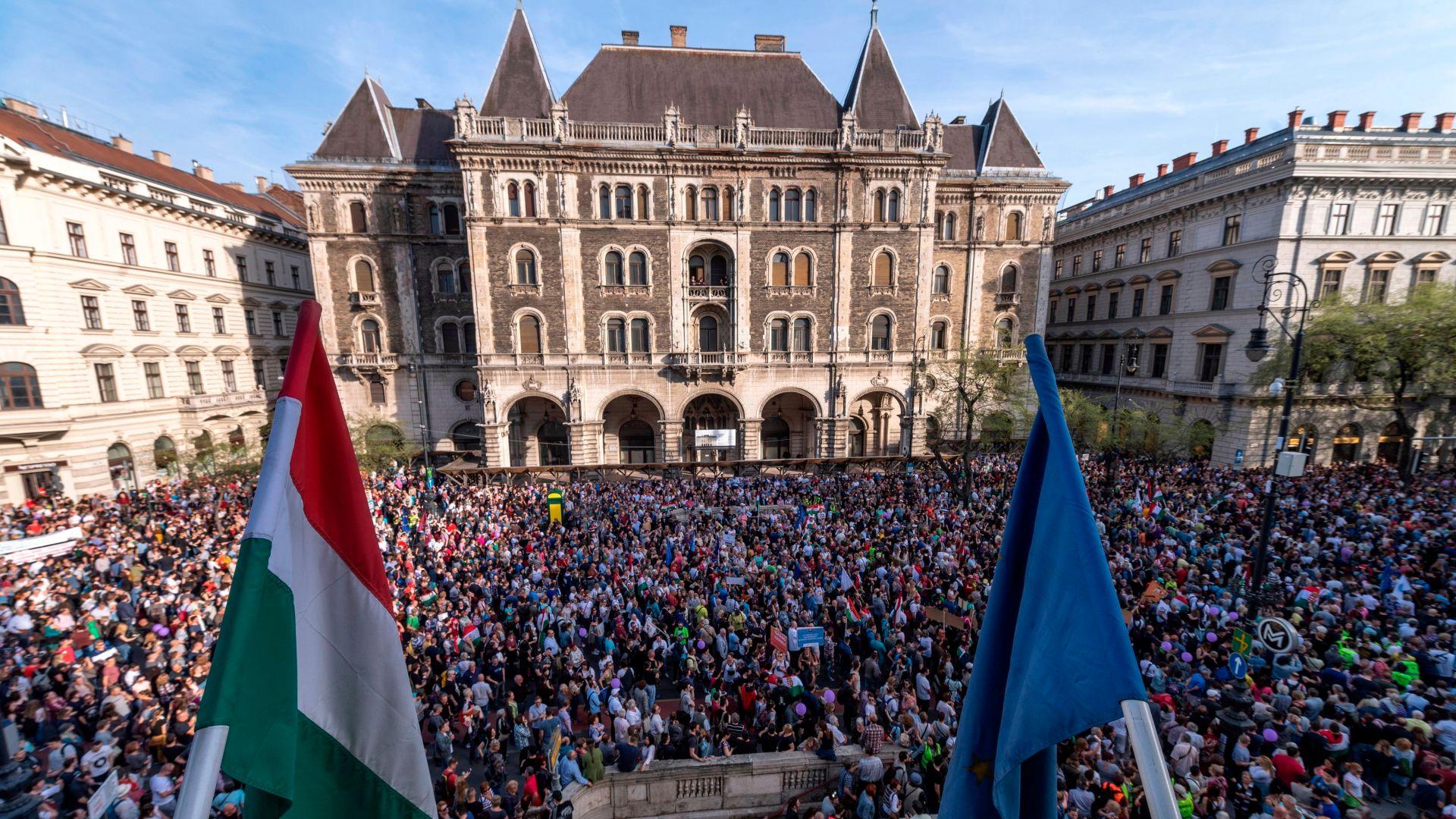 Хиляди унгарци протестираха срещу избора на Орбан