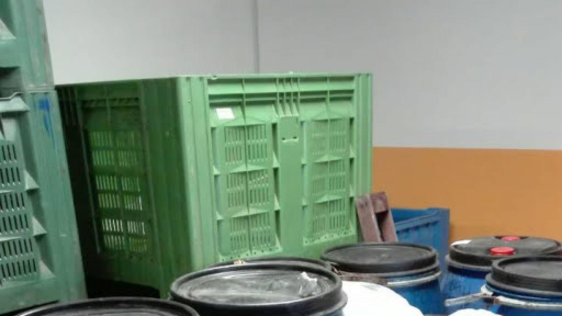 Откриха над тон безакцизна ракия в склад за плодове