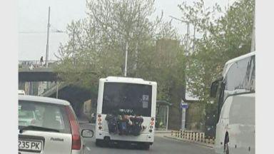 Смъртоносен гратис: Деца висят на задната броня на автобус