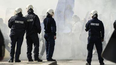 Футболни фенове в ареста заради ранена полицайка