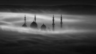 Зашеметяващата архитектура на  Абу Даби, обвита в мъгла