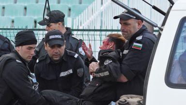 """Срамно решение: """"Левски"""" наказан само с 1 мач за ранената полицайка"""