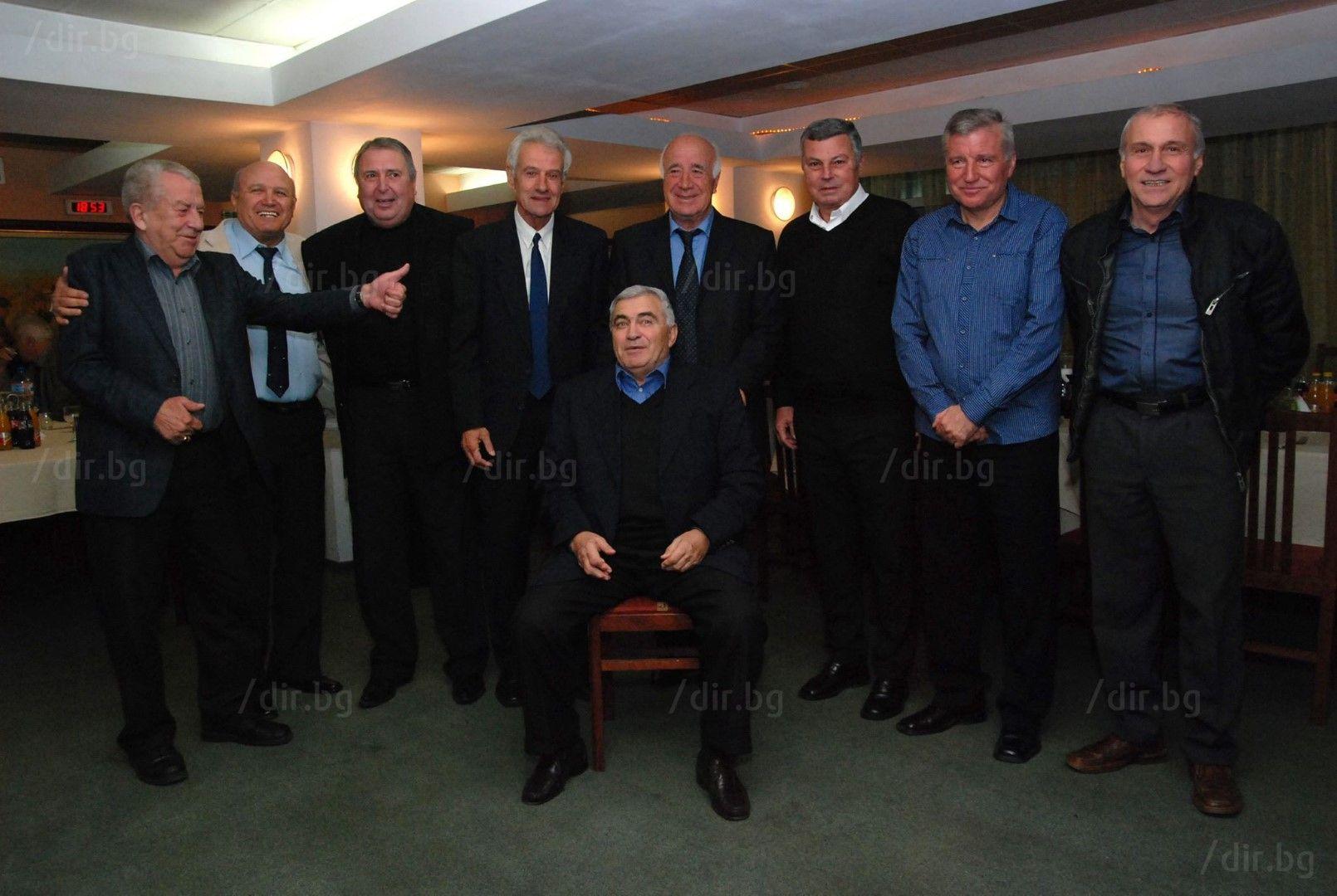Добромир Жечев заедно с легенди на родния футбол.  Снимка: Иван ГРИГОРОВ