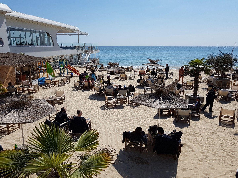 Топлото време препълни плажните заведения във Варна