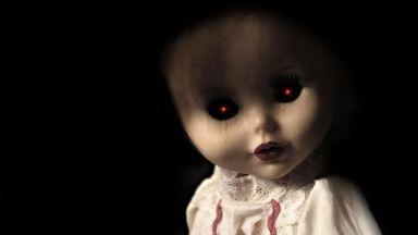 Вижте какво прави това момче с ужасяващата кукла в коридора