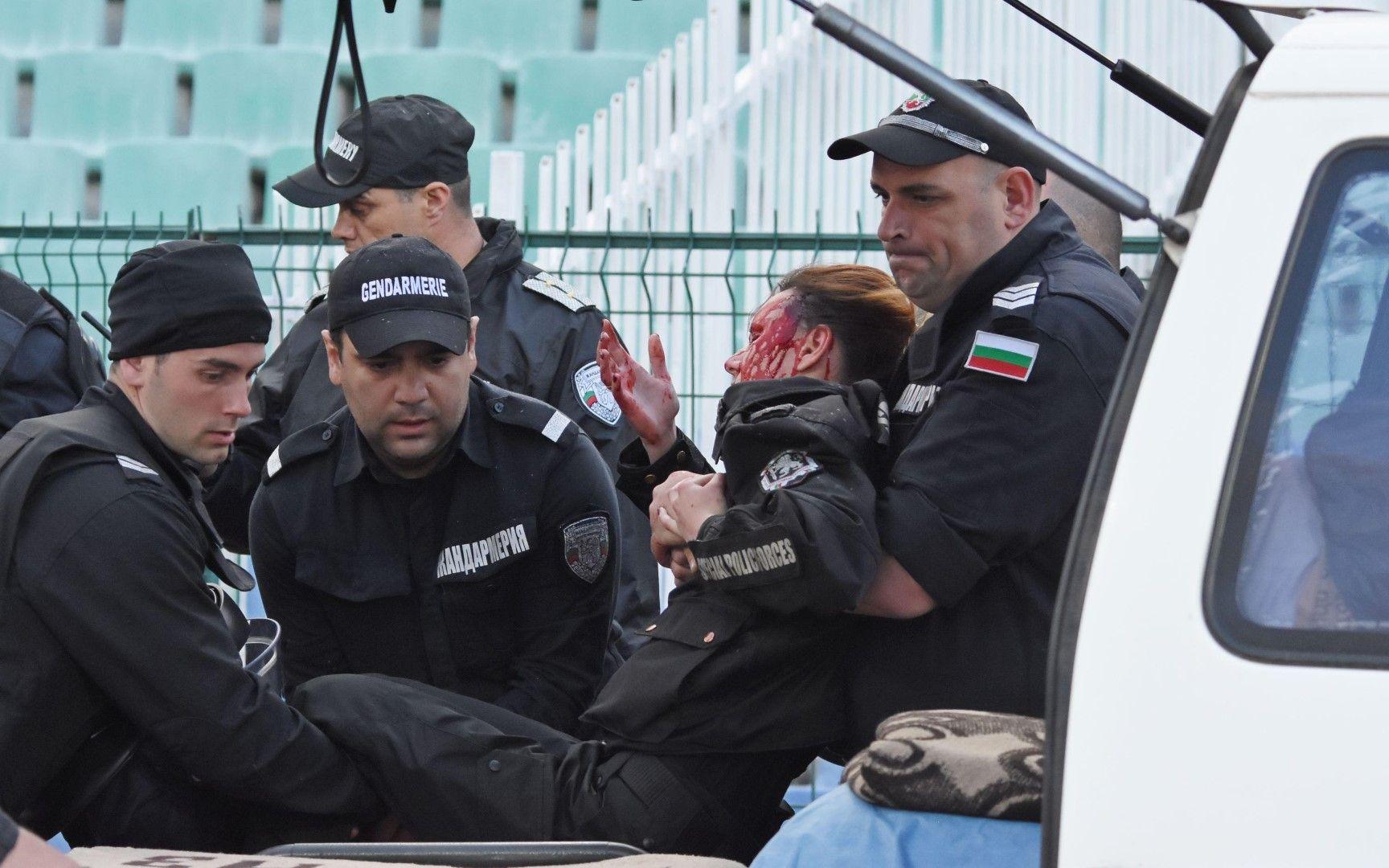 """Бомбичка в сектор """"Б"""" рани тежко полицайка"""