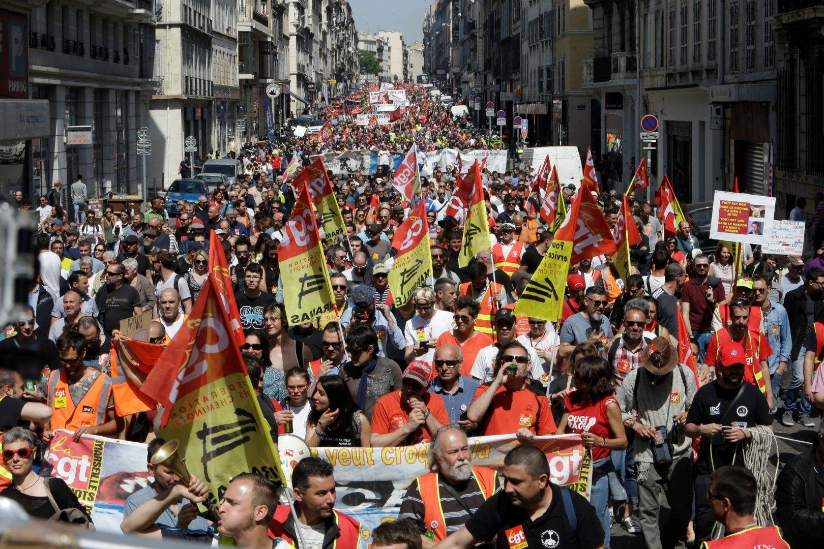 Във Франция стачкуват срещу реформите на президента Макрон