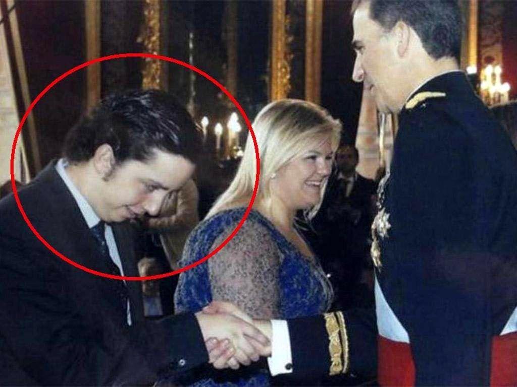 Малкият Николас стиска здраво ръката на Филипе VI в кралският дворец в Мадрид през 2014