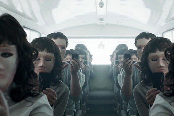 """Кадър от британския хитов сериала """"Черно огледало"""" (Netflix) посветен на последствията от новите технологии"""