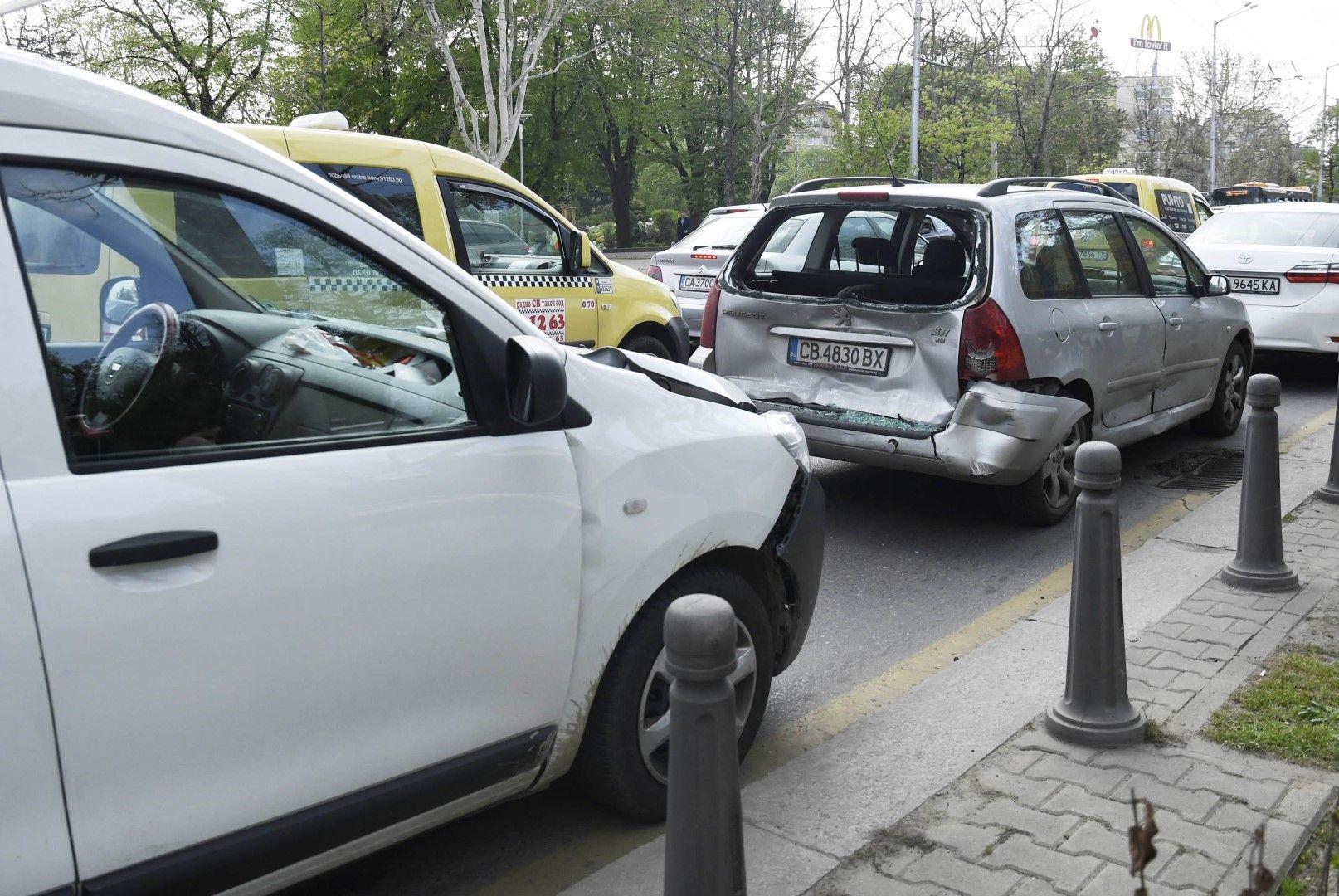 Верижна катастрофа пред СУ блокира трафика в центъра