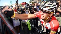 Фенове плащат по 30 000 долара, за да се състезават срещу Ланс Армстронг