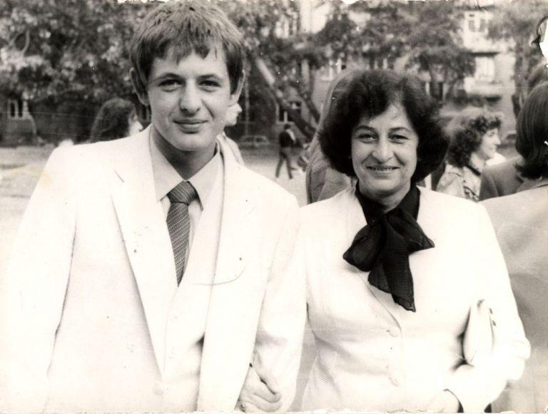 Михаил Билалов с майка си, актрисата Анна Костова, на абитуриенския си бал в двора на Класическата гимназия, 1984 г.
