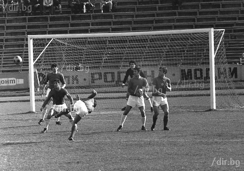 """С екипа на ЦСКА срещу """"Етър"""", април 1973 г. Снимка Иван ГРИГОРОВ"""