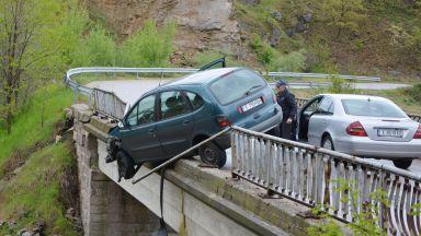 """""""Рено"""" се заби в перилата на мост близо до Харманли"""