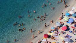 Над половината българи без почивка, всеки четвърти – навън