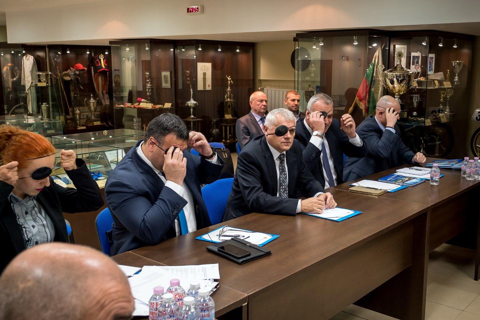 Валентин Радев и други участници в срещата си сложиха превръзки на очите в знак на солидарност с Гергана